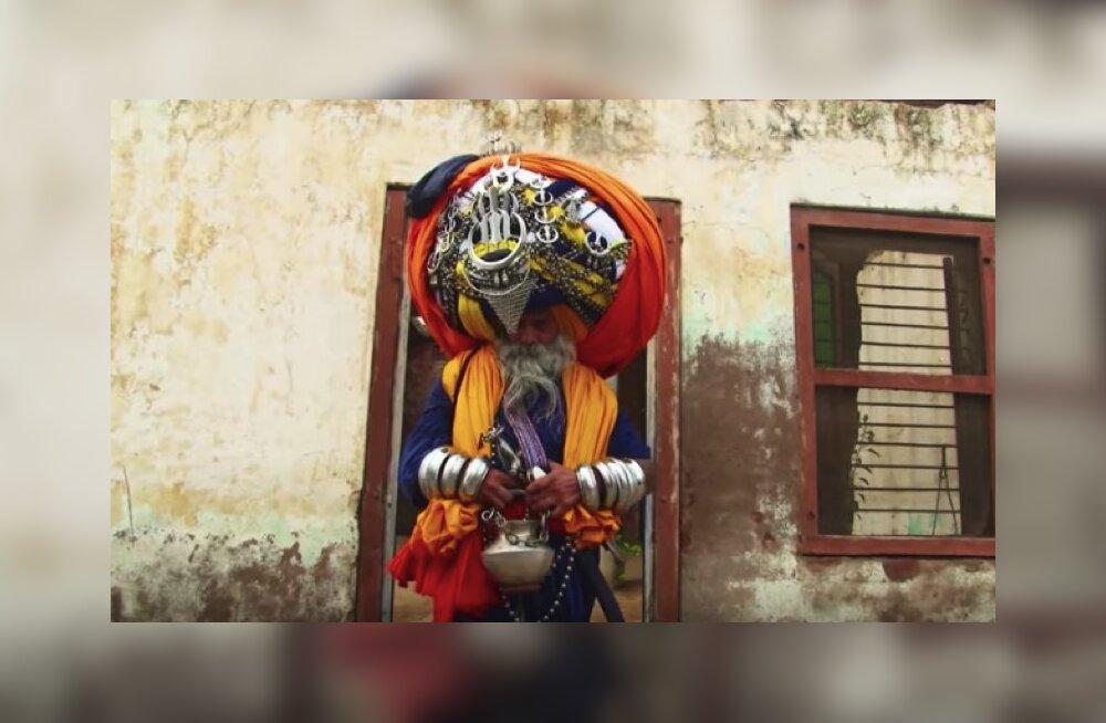 ФОТО и ВИДЕО. Зачем сикх из Индии носит на голове самый большой в мире тюрбан весом более 45 кг