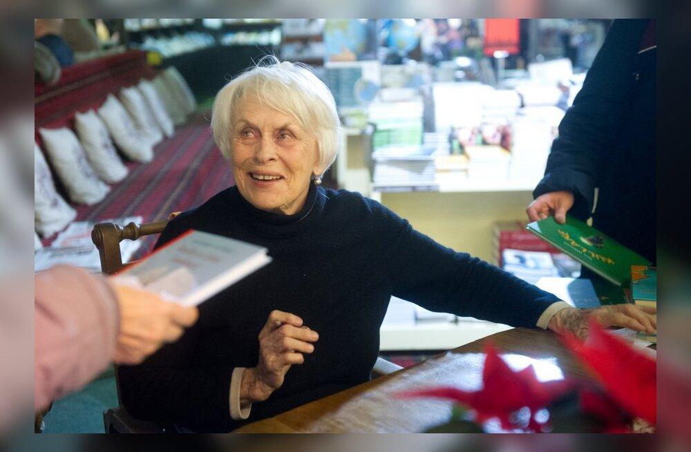 FOTOD: Armastatud Ilon Wikland jagas uude raamatusse autogramme