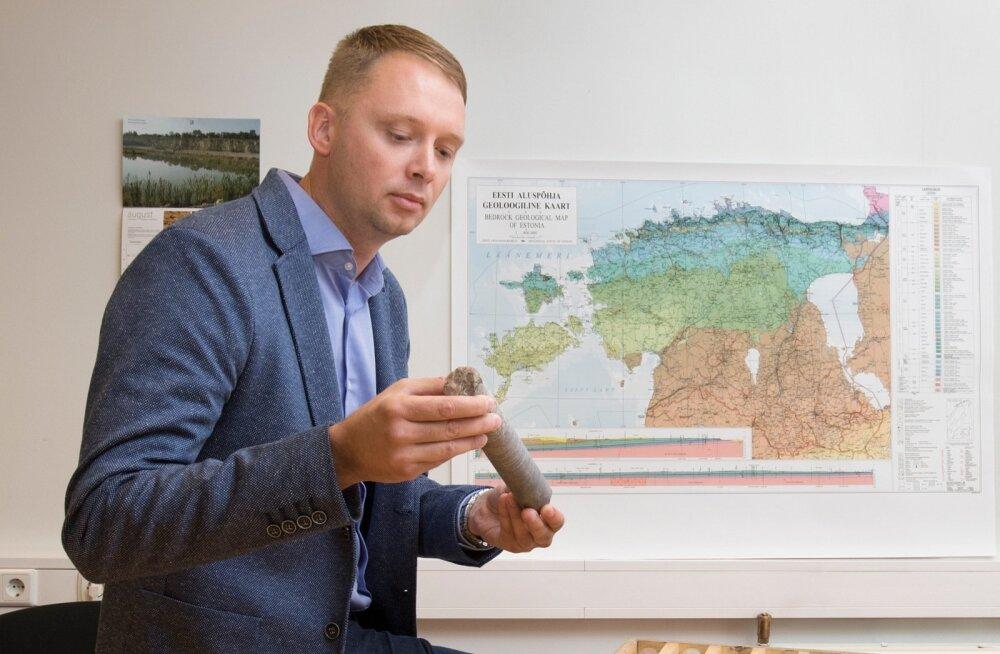 Maa-alune kivist maailm. Tiit Kaasik geoloogiateenistusest hoiab käes tükki Arbaveres hoiustatavast puursüdamikust. Loodetavasti saab juba aasta lõpus sama lähedalt uurida värskelt puuritud puursüdamikku Uljaste või Jõhvi uuringuruumist.