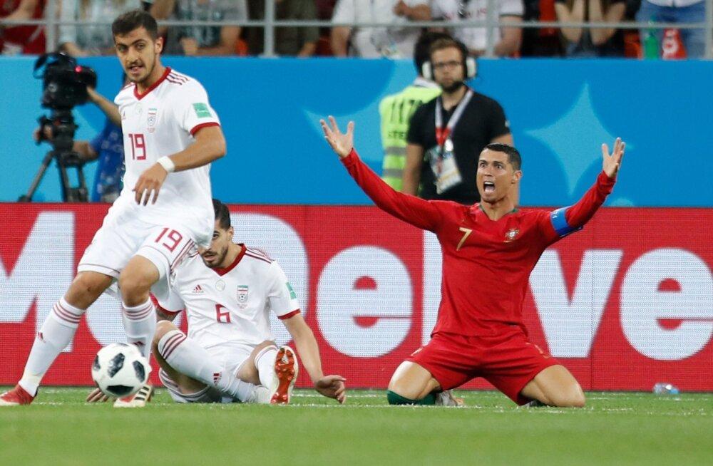 Cristiano Ronaldo (paremal) sai penalti lüüa ja pääses punasest kaardist – kõik tänu VAR-ile.