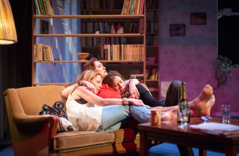 """Lavastuse """"Irina, Olga ja mina"""" peategelased on kolm näitlejannat, kunagise menulavastuse """"Kolm õde"""" osatäitjad."""