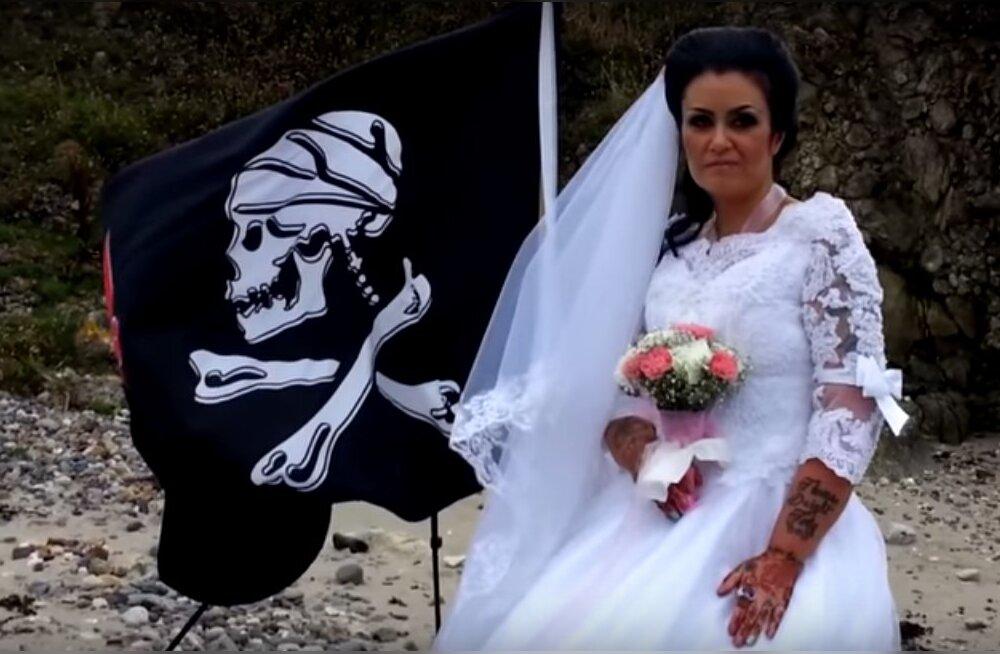 Probleemid paradiisis? Naine lahutab 300-aastasest piraadi kummitusest, sest viimane üritas teda ära tappa