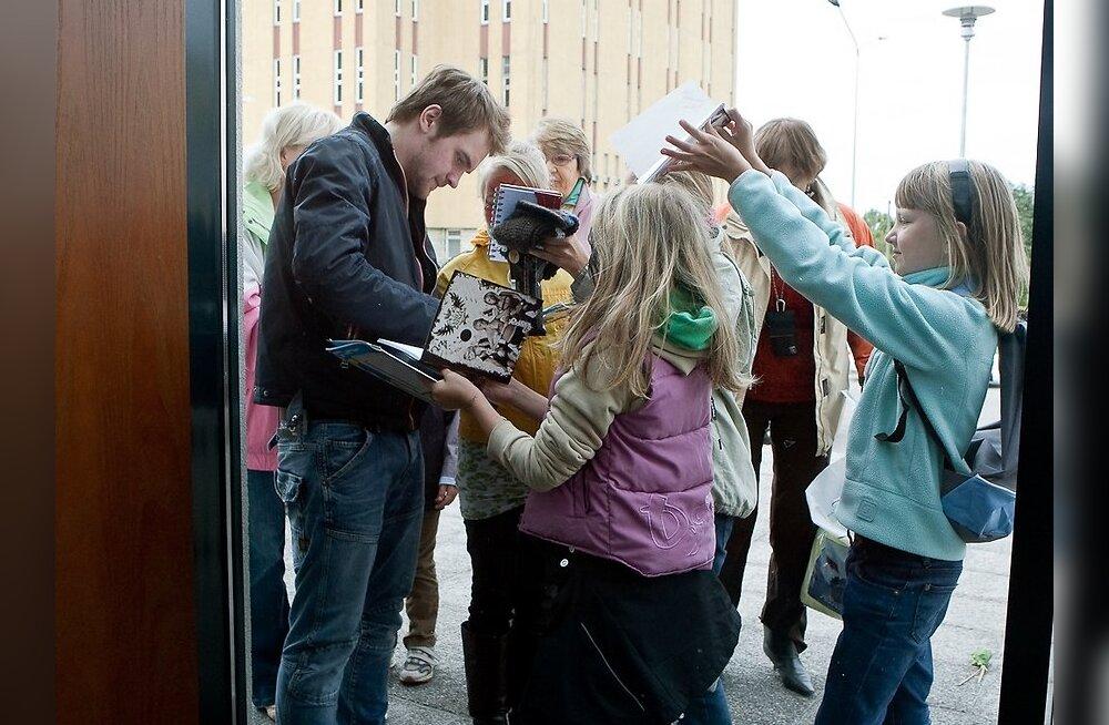 FOTOD: Pisikesed fännitarid piirasid Ott Leplandi sisse