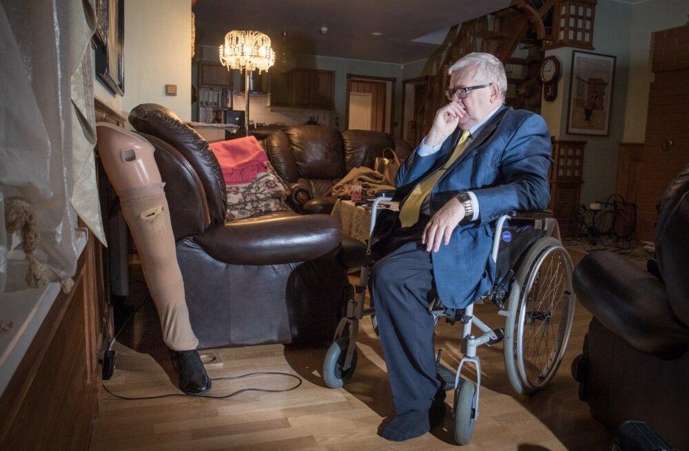 """Edgar Savisaare uus 27 000 eurot maksnud biooniline jalg laeb  Hundisilmal elutoa nurgas.  """"Pole selleks praegu motiivi, teised asjad on tähtsamad"""" tõdeb Savisaar LP intervjuus"""