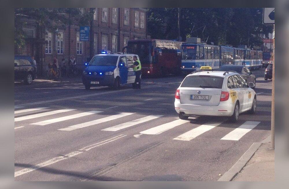 FOTOD: Narva maanteel põrkasid kaks autot trammiga kokku