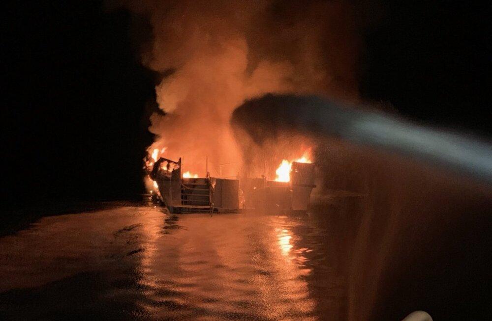 Не менее 30 человек пропали без вести при пожаре на судне в Калифорнии