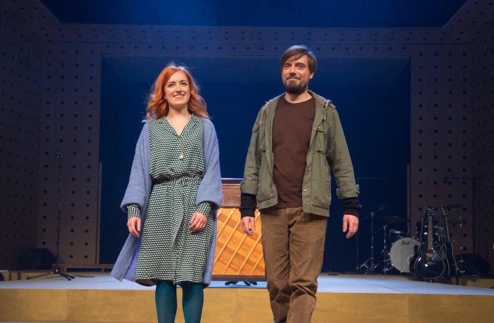 """APLAUS Laura Kalle ja Priit Võigemast muusikali """"Once"""" esietenduse järel publiku ees."""