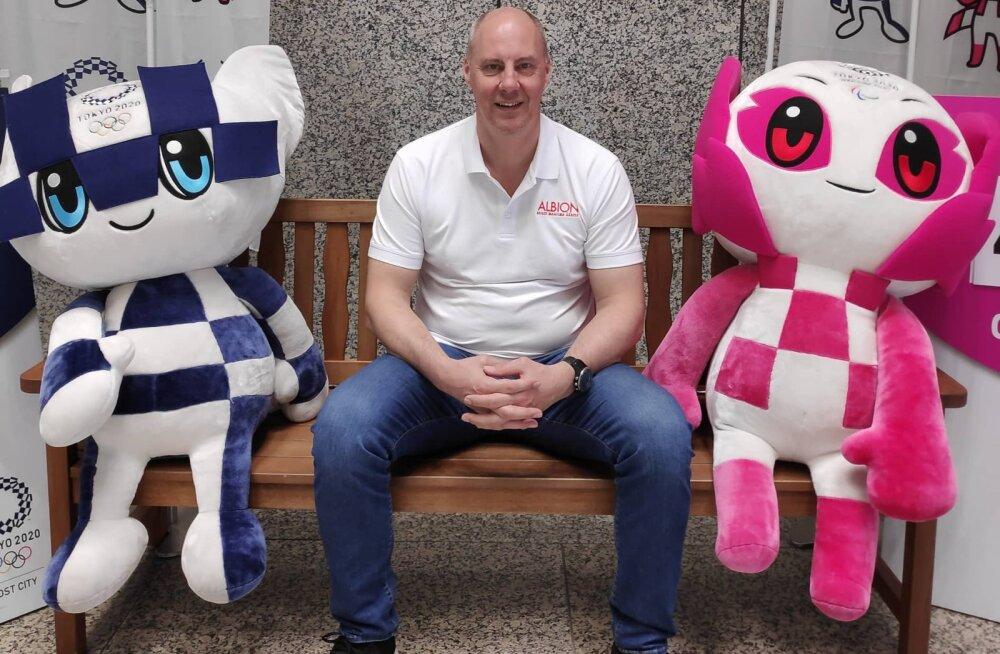 Riho-Bruno Bramanis 2020. aasta Tokyo olümpiamängude maskottide Miraitowa (vasakul) ja Someity'ga
