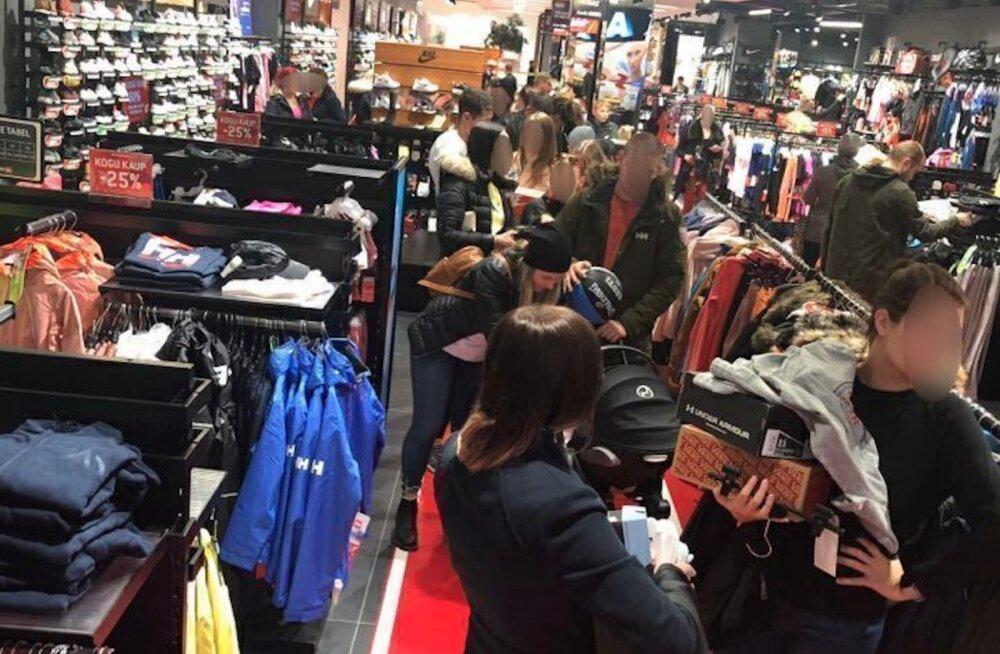 FOTOD | Poole hinnaga kaup pani inimesed eriolukorra reeglitele sülitama. Keskuse töötaja: see olukord on debiilne