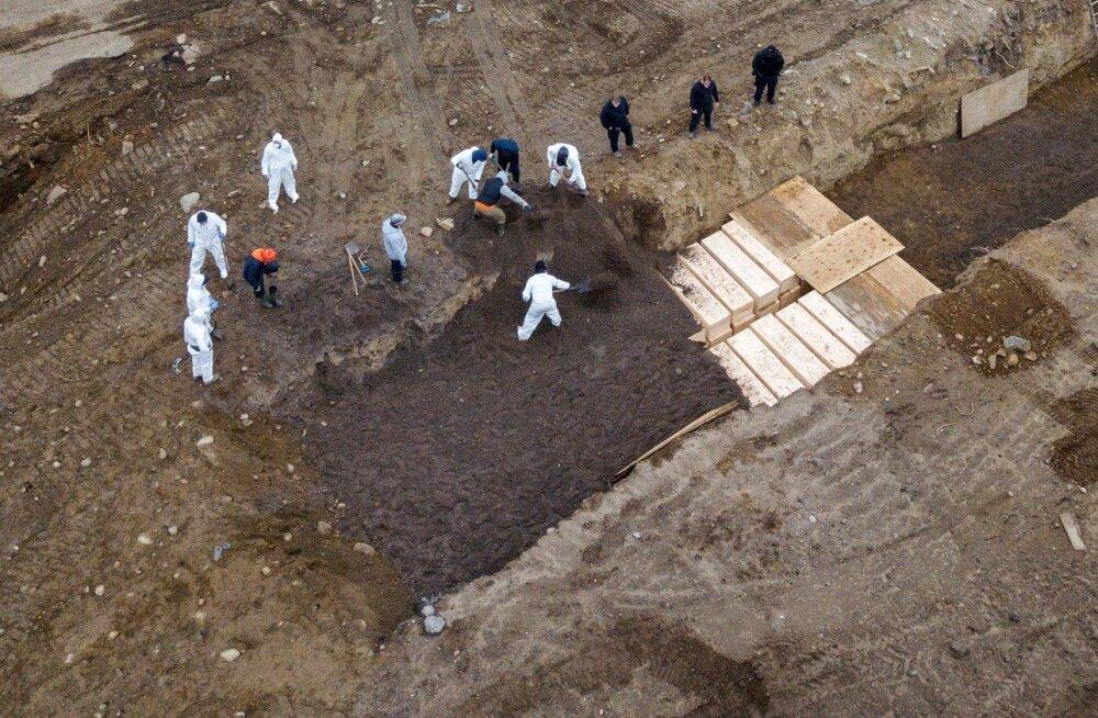 В Нью-Йорке умерших от коронавируса массово хоронят в братских могилах
