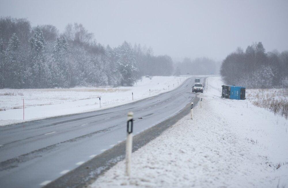 Ettevaatust liikluses: lumesadu jätkub ning jäiteoht muudab põhimaanteed peegellibedaks