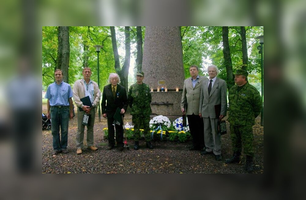 Vabadussõja mälestussamba taastajad (tsiviilis vasakult): Urmas Salo, Aarne Lipping, Jaan Naarits, Peeter Lepik, Osvald Salo