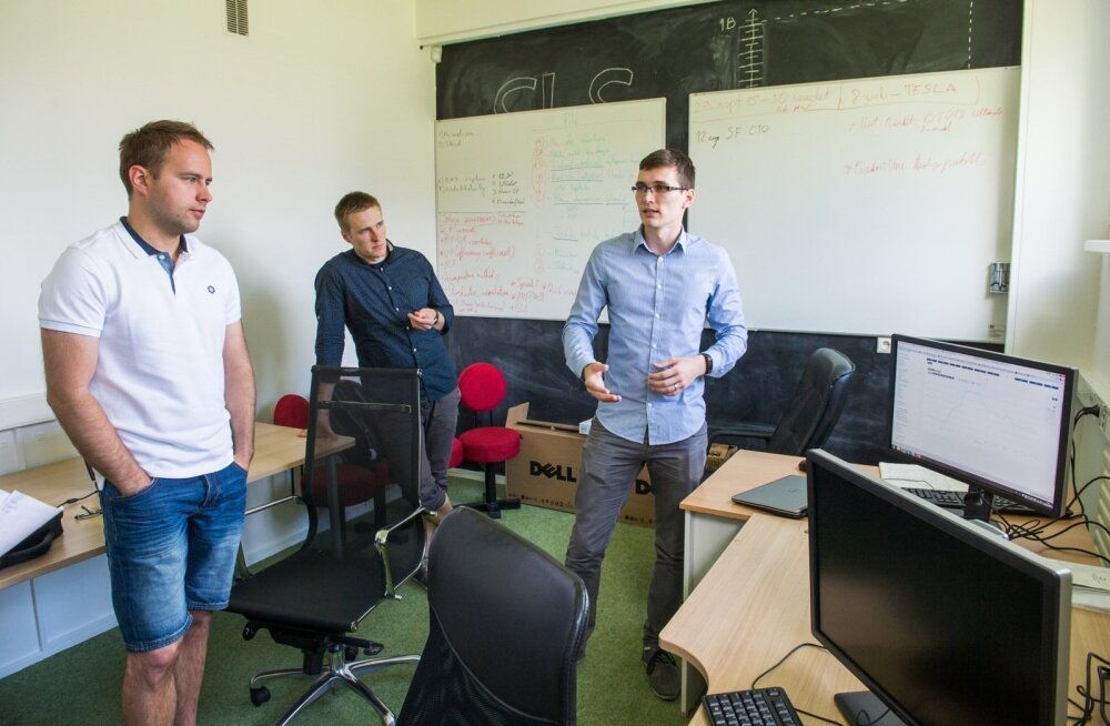 Smart Load Solutionsi eestvedajad Allan Puusepp (vasakul), Märt Uuemaa (keskel) ja Madis Uuemaa (paremal) selgitavad, kuidas nende süsteem ajastab elektritarbimist.