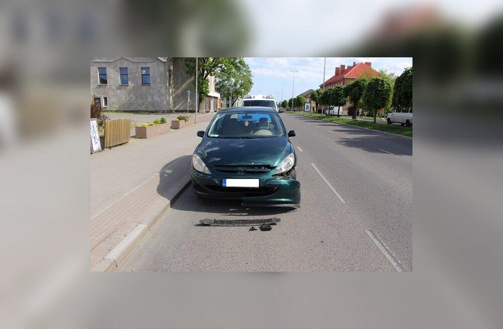 В Йыхви протаранили припаркованный автомобиль, полиция ищет свидетелей