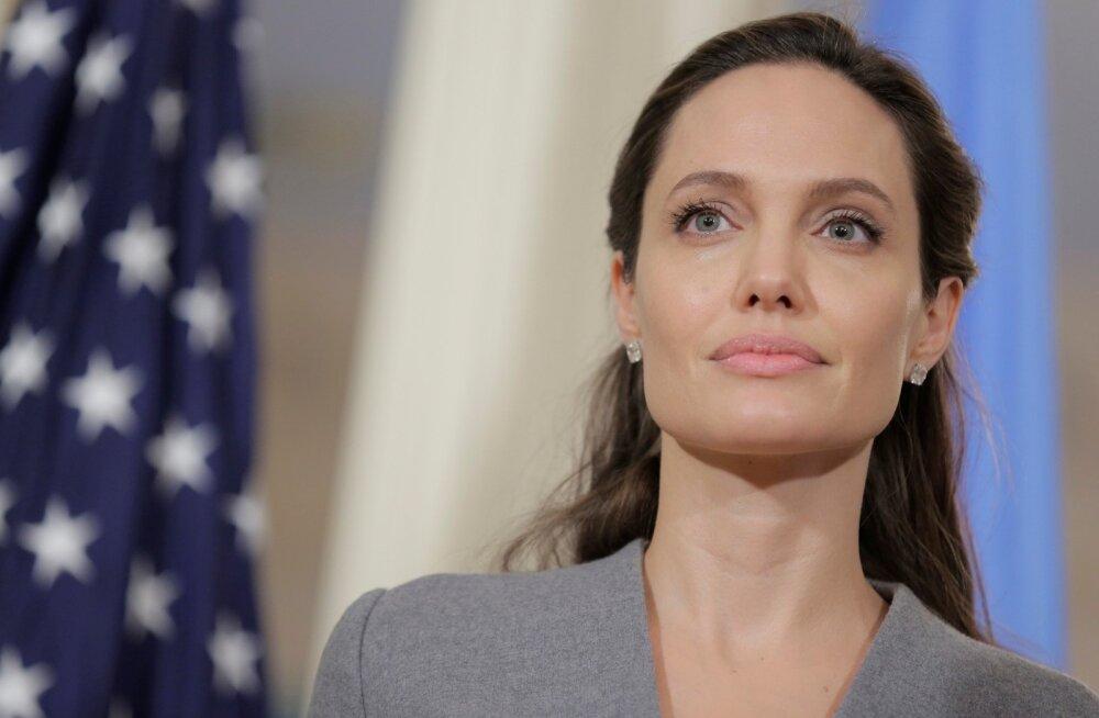 SKANDAALNE KLÕPS: Peapiiskopiga kohtuma läinud Angelina Jolie jättis rinnahoidja koju