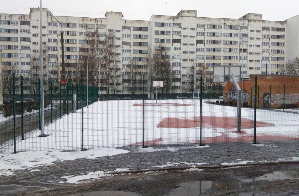 Под замком: как будут пускать нарвитян на новую баскетбольную площадку, власти пока не решили