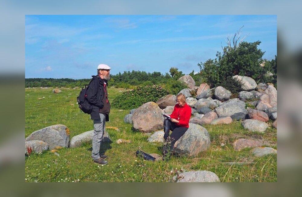Samblikuraamatute autorid Andres Saag ja Tiina Randlane Kihnu saarel.