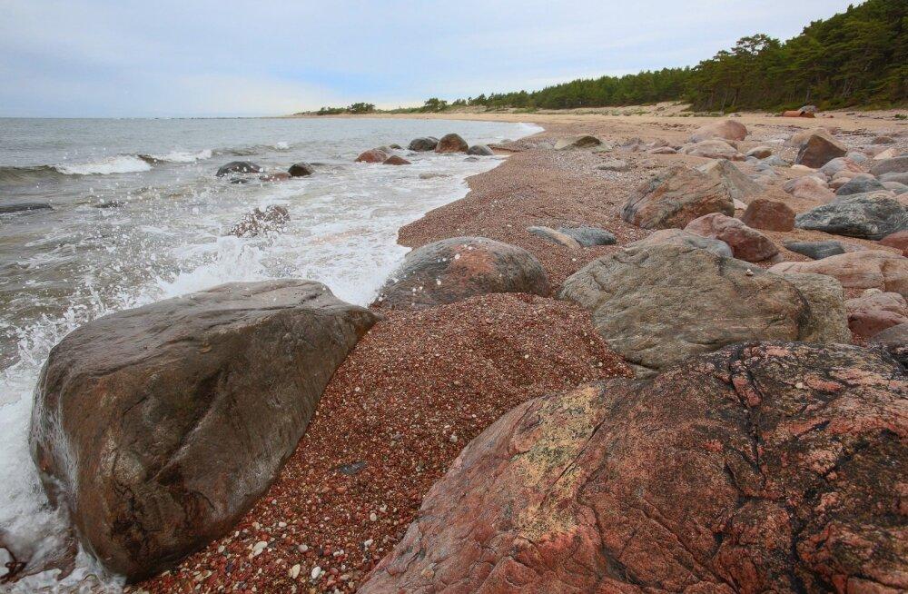 Kivid ja liiv loovad rauget meeleolu läände kaarduvas Ristna rannas.