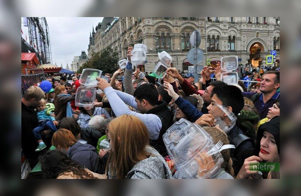 В Москве на Красной площади в кузове самосвала приготовили 20 тонн салата. А затем началась давка