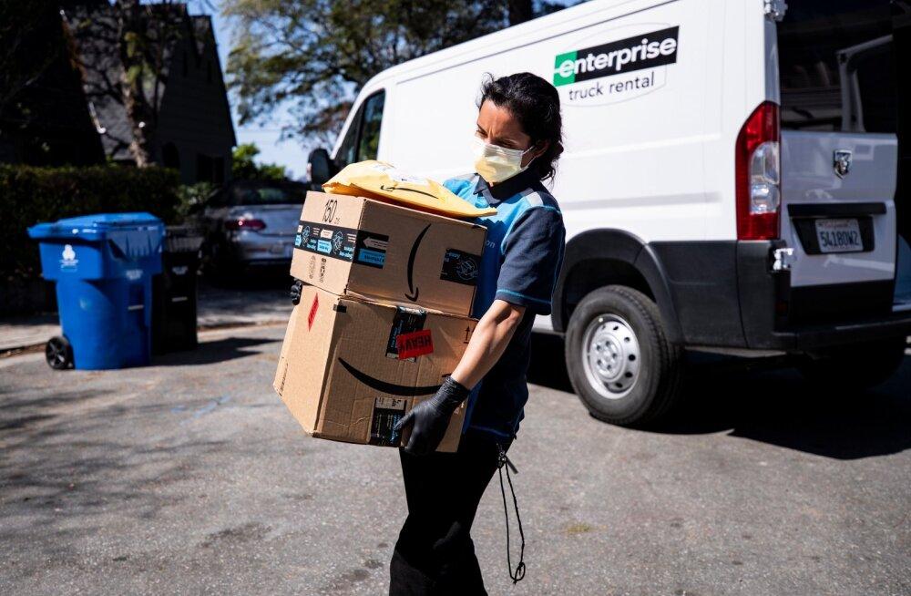 Amazoni kuller toimetab inimestele pakke koju.