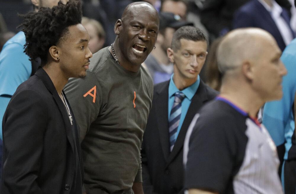 VIDEO | Tiimiomanik Michael Jordan virutas rumala tehnilise vea saanud mängijale platsi kõrval vastu pead