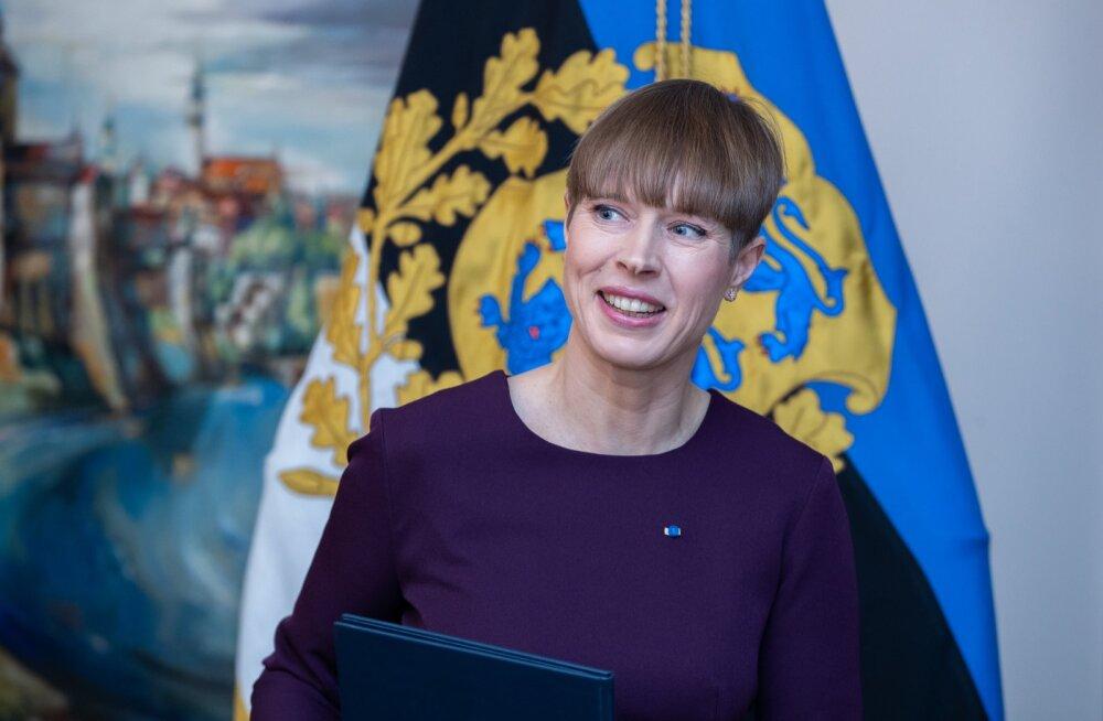 President kaljulaid allkirjastamas pensionireformi vastu