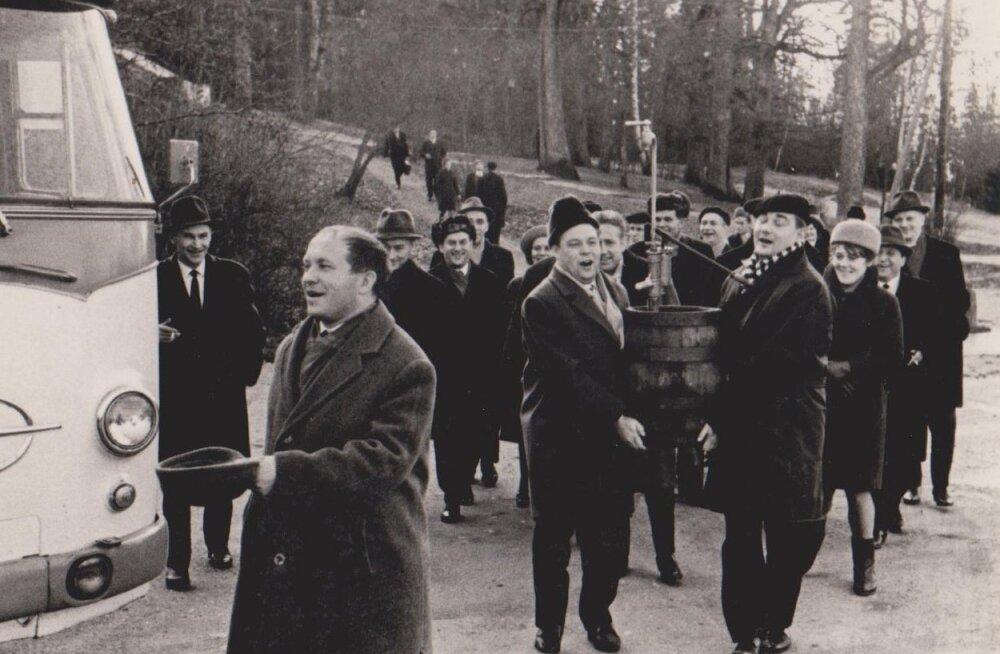 Suur ajakirjanike pidu Pühajärvel. Edasi õllevaati kannab Olev Anton (paremal).