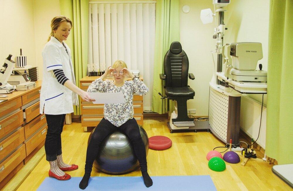 Paljud harjutused, mida nägemisteraapias tehakse, on seotud tasakaaluaparaadiga. Näiteks tuleb istuda pallil ja hoida teksti või kujundit fookuses, silmadega eri suundadesse kõõritades.