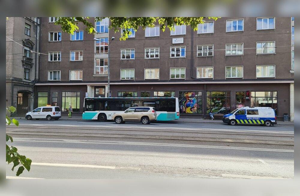 Trammile jooksnud inimesed sundisid bussi äkkpidurdama, 83-aastane reisija kukkus ja viidi haiglasse