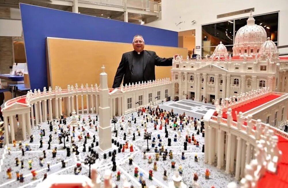 ВИДЕО   А вот чем еще можно заняться — сборкой суперфигур из LEGO!
