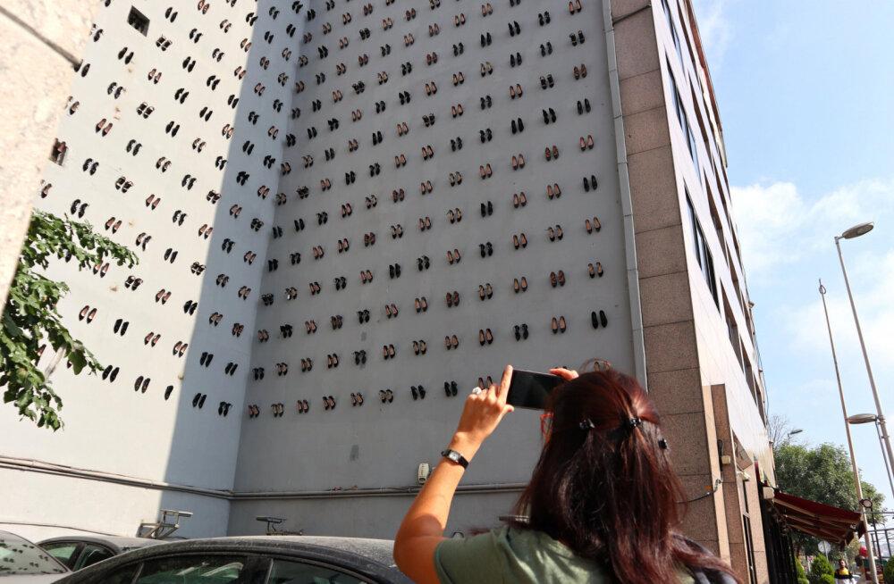 ФОТО: Зачем в центре Стамбула на стену повесили 440 пар женских туфель