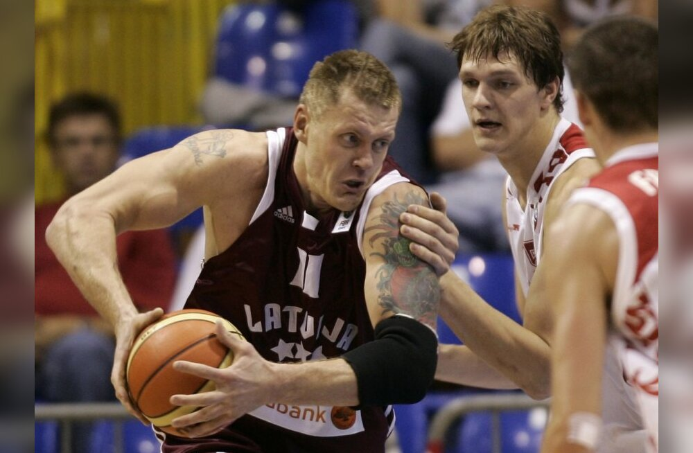Russia's Timofey Mozgov, right, is challenged by Latvia's Kaspars Kambala during their EuroBasket 2009, European Basketball Championships group B match in Gdansk, northern Poland, Monday Sept. 7, 2009. (AP Photo/Darko Vojinovic) / SCANPIX Code: 436
