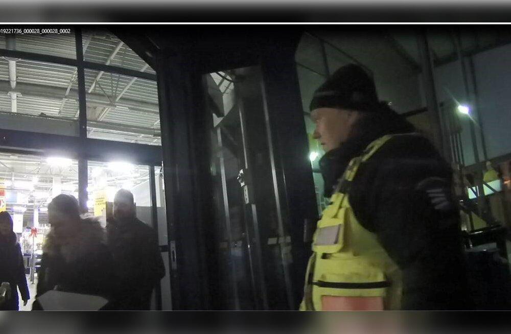 FOTOD | Kaks meest jäid pärast sulgemist ehituspoodi kinni. Abikõnes korravalvuritele: ärge kiirustage, meil on õlled pooleli