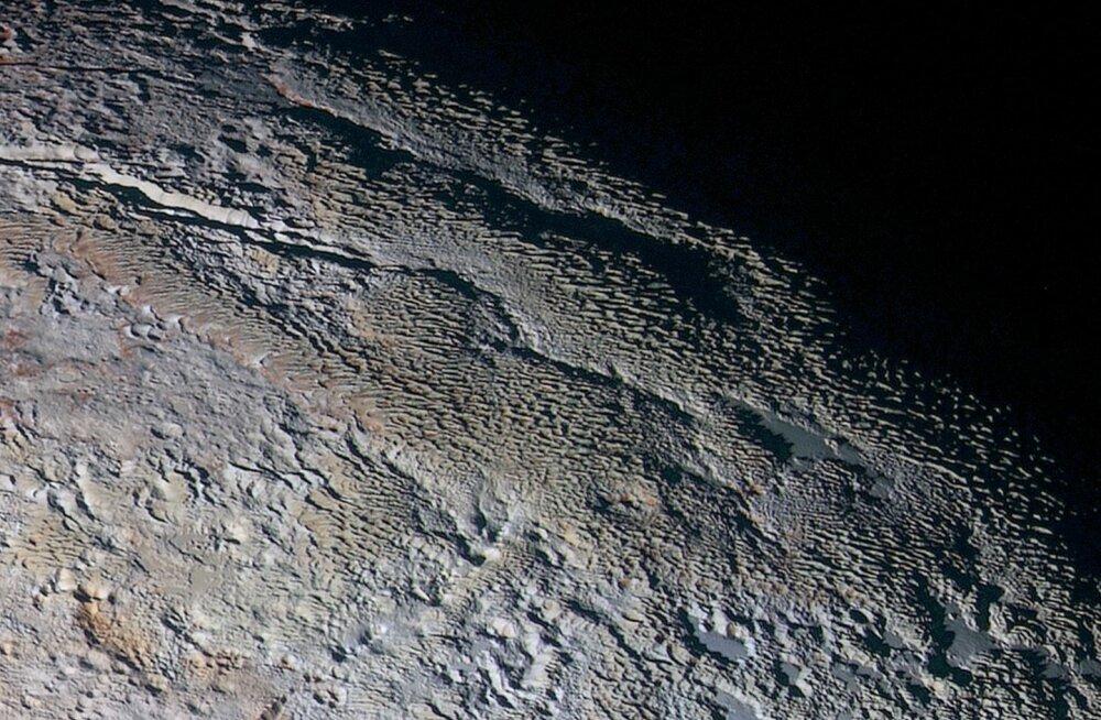 NASA fotod: Nüüd näeme me juba Pluuto pinnavorme lähedalt