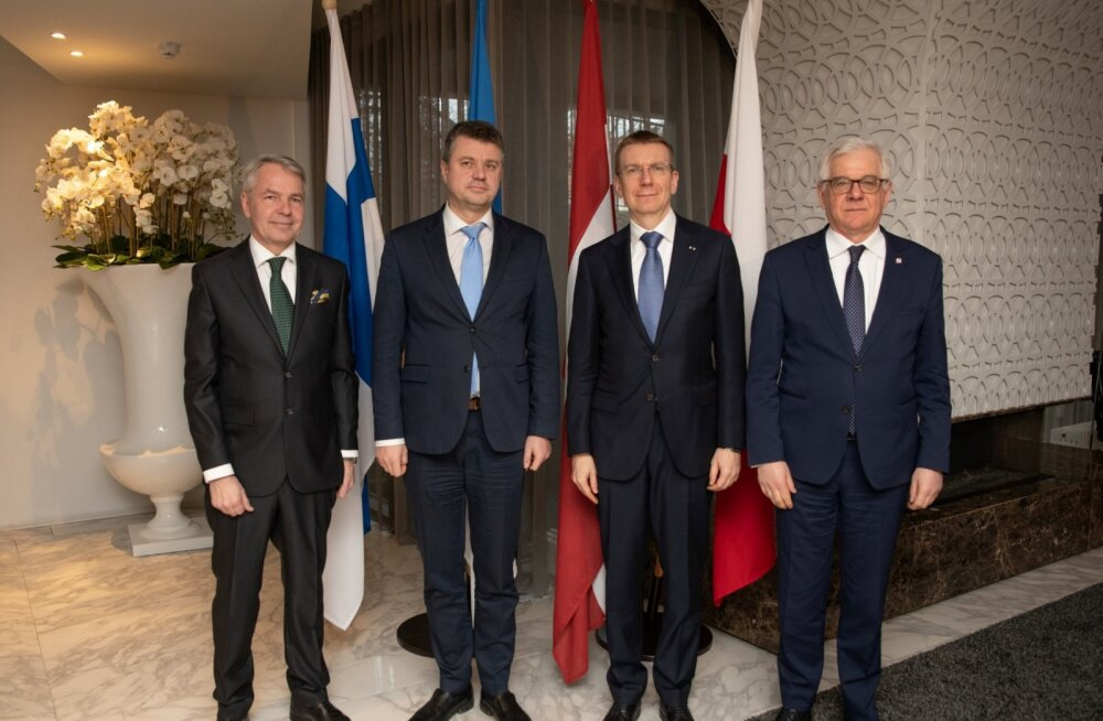 Nelja riigi välisministrid tähistamas Tartu rahu sajandat aastapäeva.