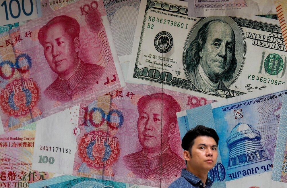 Juhuslik mööduja valuutavahetuse juures Hongkongi kesklinnas