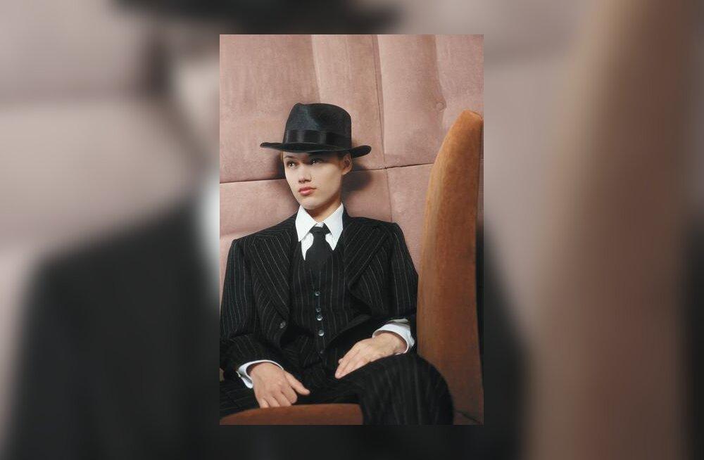 Naine ülikonnas