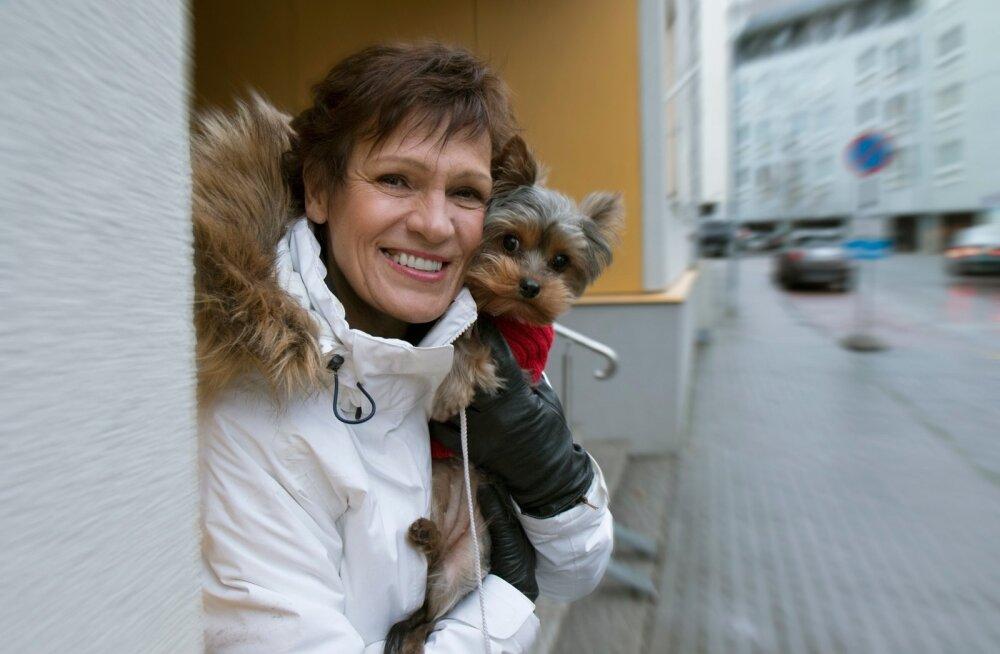 Erika Salumäe ja tema sülekoer Elsie leiavad, et Hispaanias on väga vahva see, et armastatakse koeri.