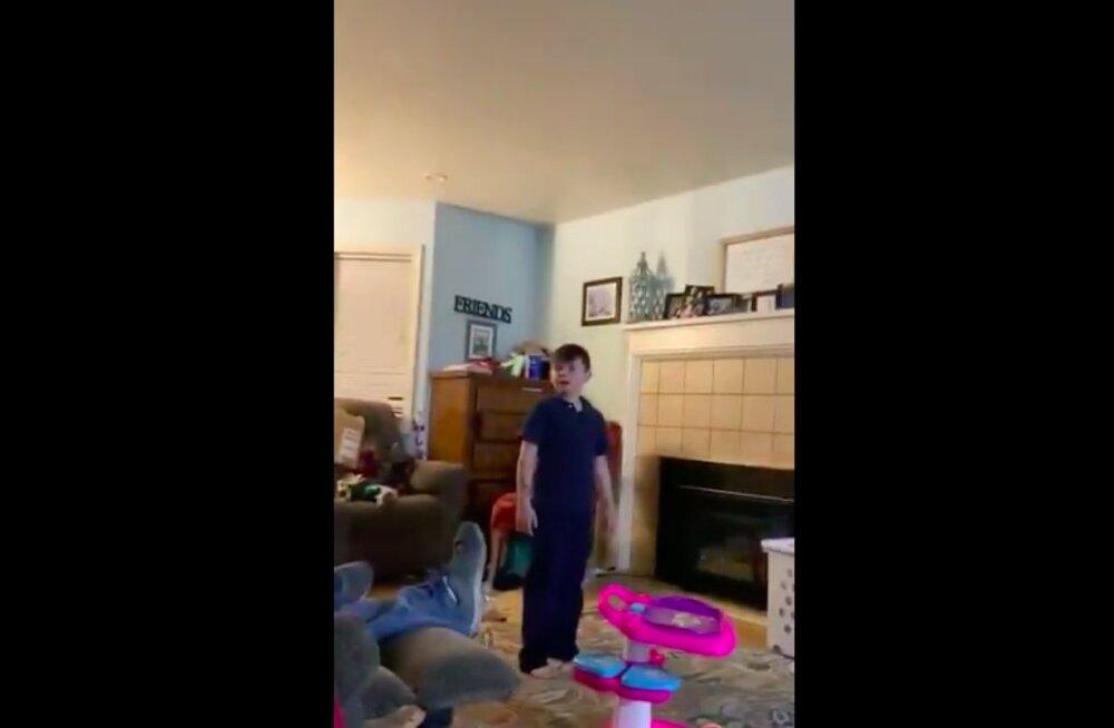 NALJAKAS VIDEO | Algkooliealine poiss andis murtud südamega õele külma õppetunni