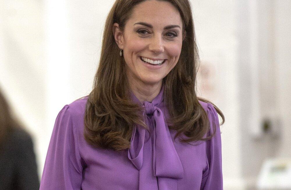 FOTOD: Cambridge'i hertsoginna kandis oma Gucci pluusi tagurpidi ja keegi isegi ei märganud!