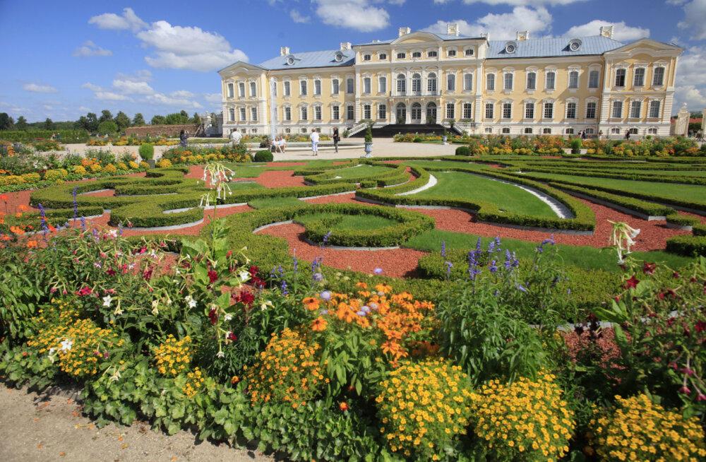 ФОТО   Знаменитый Рундальский дворец в Латвии приглашает на ярмарку и фестиваль цветущих роз