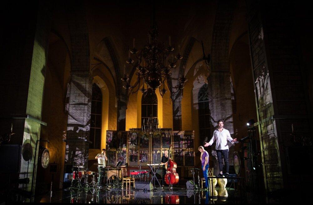 """Niguliste kiriku atmosfäär mängib """"Creating Godsiga"""" suurepäraselt kaasa."""