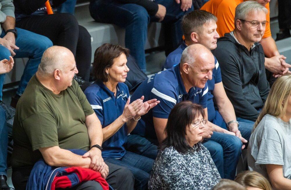 Ei mingit VIP-looži. Toivo Alt (keskel) istub Saaremaa mängude ajal suurima heameelega teiste võrkpallisõprade seas.