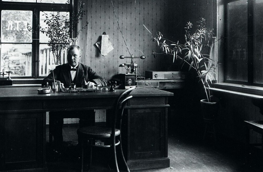 Eesti Tarvitajate Keskühisuse Kuressaare osakonna juhataja Aleksander Velvelt 1920. aastatel oma töölaua taga.