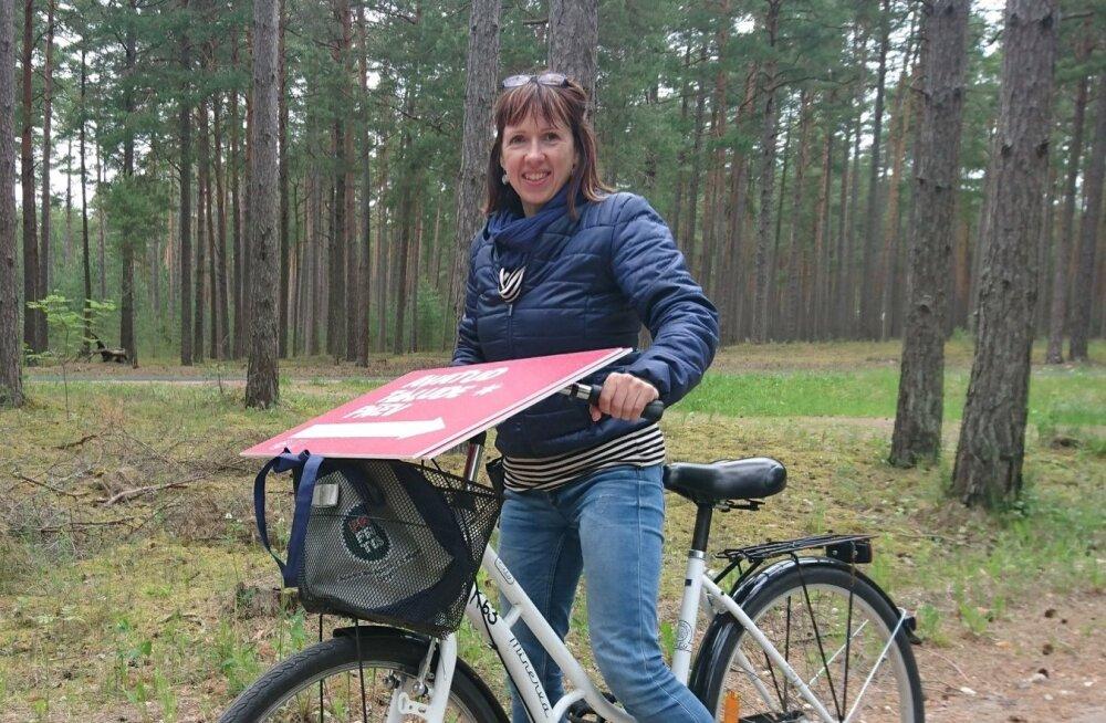 Reve Lambur viis Kihnu taludesse avatud talude päeva viidad ja õhupallid kohale jalgrattaga.