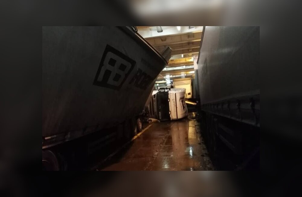 ФОТО: Из-за шторма на пароме Tallink, направлявшемся в Финляндию, перевернулась фура