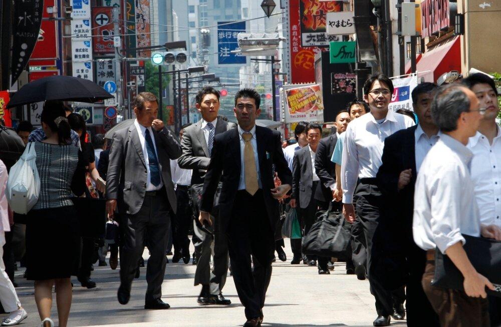 Jaapani kontoritöötajad lõuna ajal Tokyos restoranide tänaval.