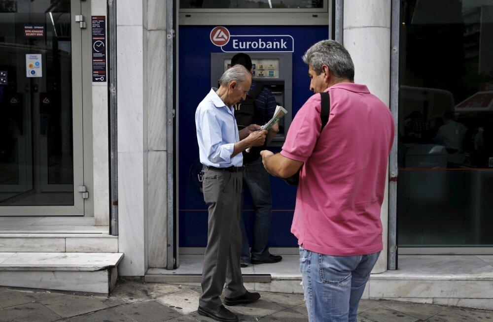 Kreeka pankadest võeti laupäeval ja pühapäeval välja tohutuid summasid. Automaadi taga järjekorras oli aega lugeda viimaseid murettekitavaid uudiseid.
