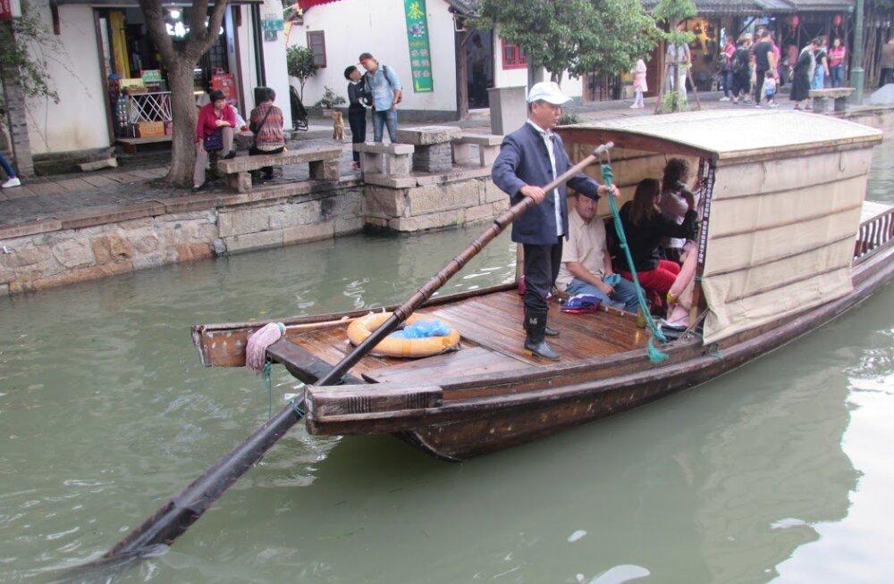HIINA PÄEVIKUD, 10. osa | Shanghais ja Veneetsias. Õhtusöögi ajal vaatab laualt vastu väga etteheitva näoga kanapea, kelle keha küpsetatuna meie ees lebab