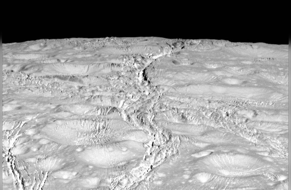 NASA foto: Saturni kuu põhjanaba on lähedalt vaadates selline